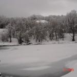 lago ghiacciato mentre nevica