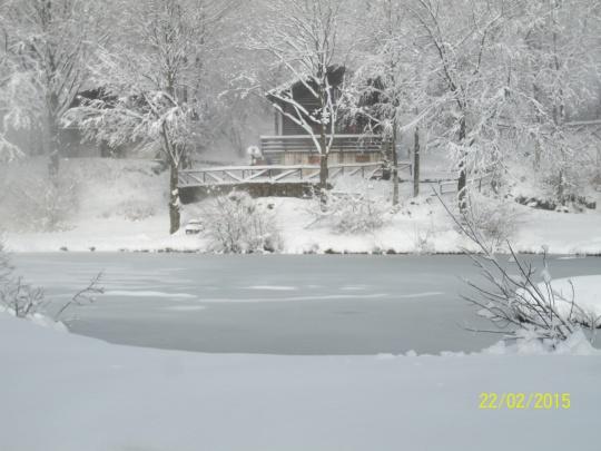 Il lago piccolo ghiacciato.